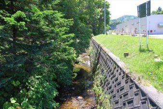 上盤渓神社 の前を流れる川