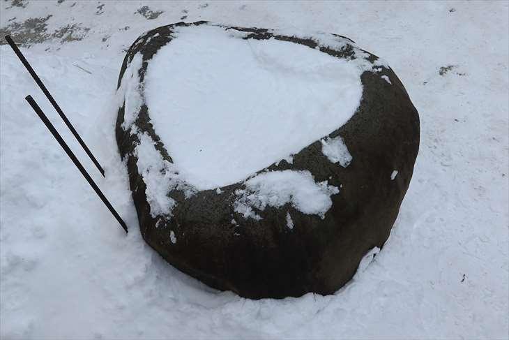弥彦神社 古い手水鉢