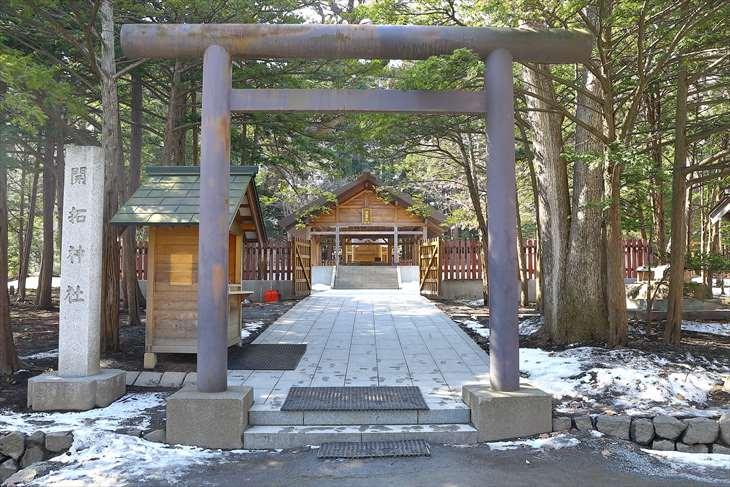 開拓神社の鳥居と参道