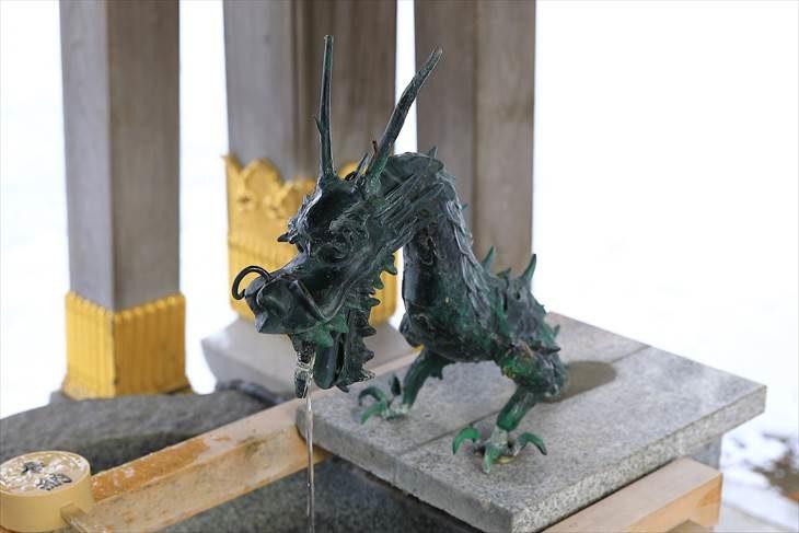 弥彦神社 手水舎の龍神様