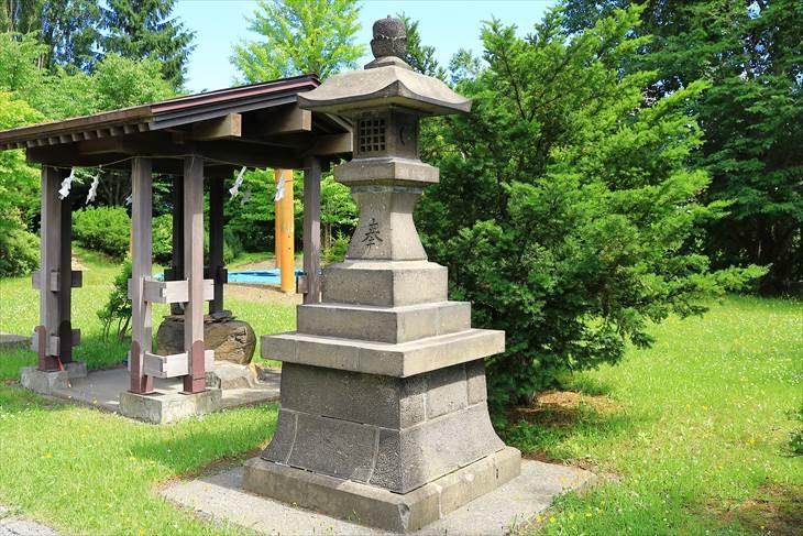 上手稲神社 石灯籠と手水舎