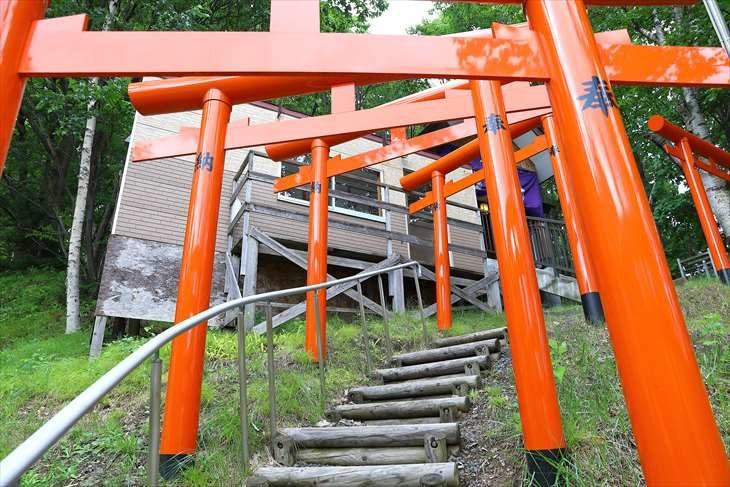 清田稲荷神社の朱塗りの鳥居