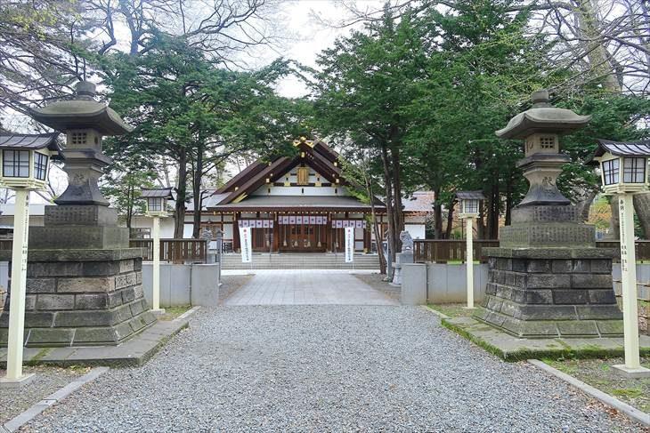 新琴似神社 石灯籠と社殿