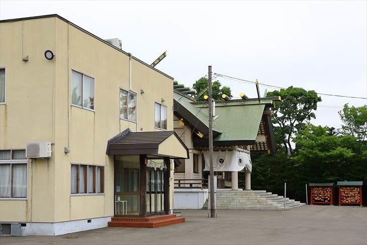 篠路神社 社務所と社殿