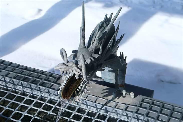 篠路神社 手水の龍神様 冬