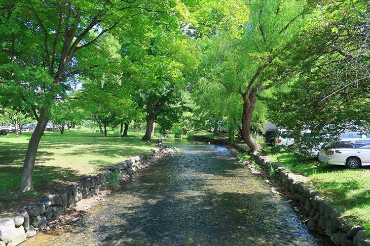 札幌護国神社境内の川