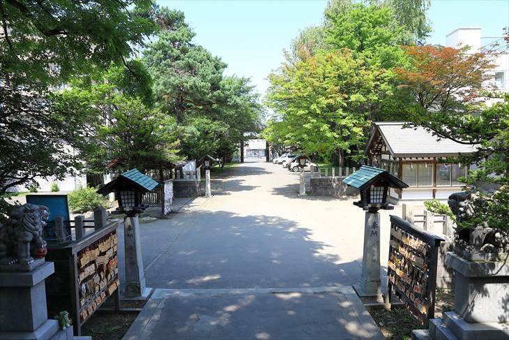 豊平神社 社殿から参道を見る