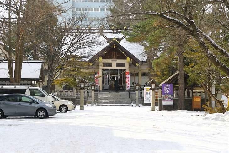豊平神社の冬の参道