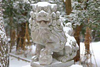 雪降る琴似神社の狛犬様
