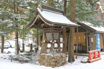雪降る琴似神社の灯籠
