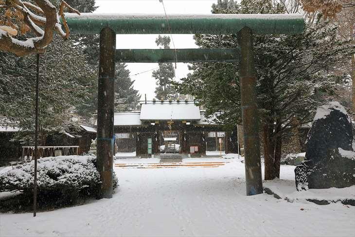雪降る琴似神社の二ノ鳥居