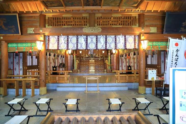 雪降る琴似神社の拝殿