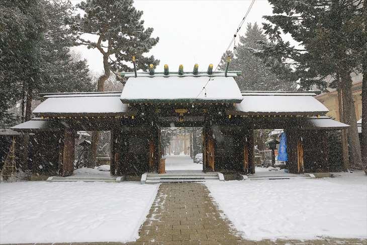 雪降る琴似神社の神門