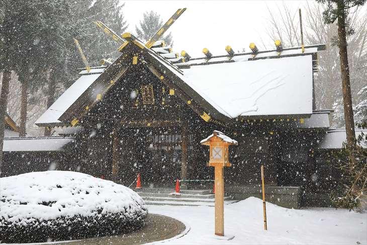 雪降る琴似神社の本殿