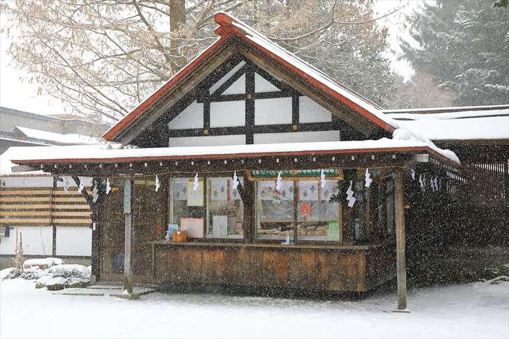 雪降る琴似神社の社務所