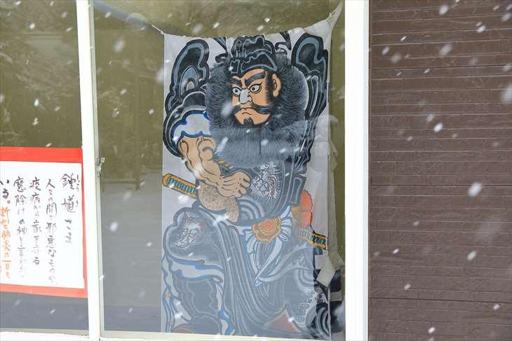 雪降る琴似神社の鍾馗様