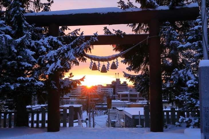 上手稲神社の鳥居から見る日の出
