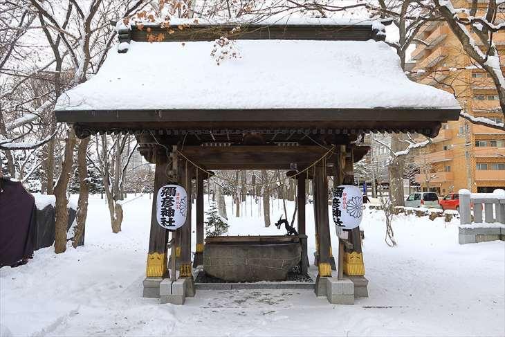 弥彦神社 冬の手水舎