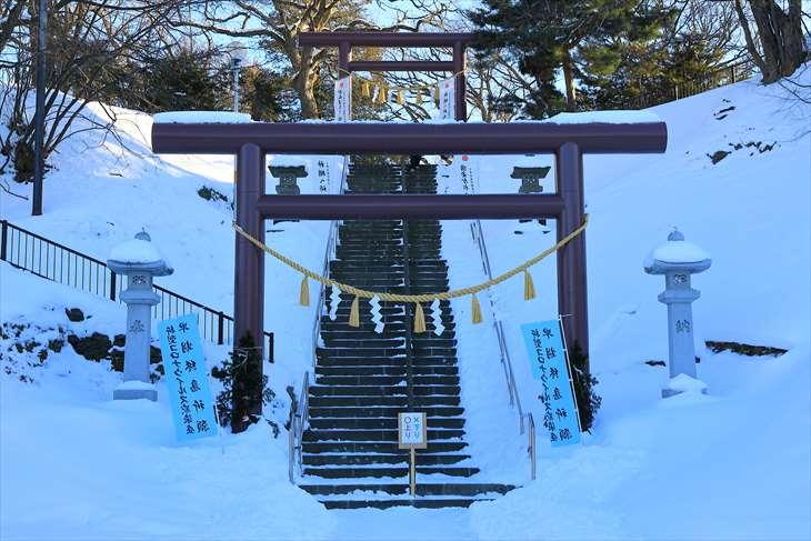 冬の厚別神社 参道の階段と鳥居