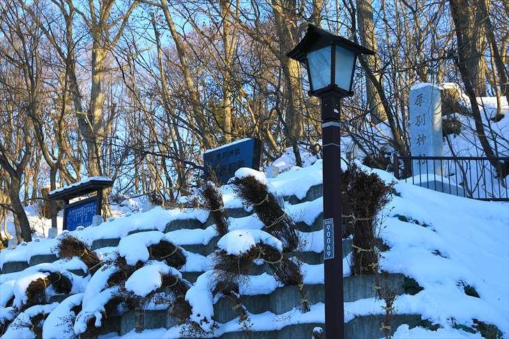 冬の厚別神社 社号標