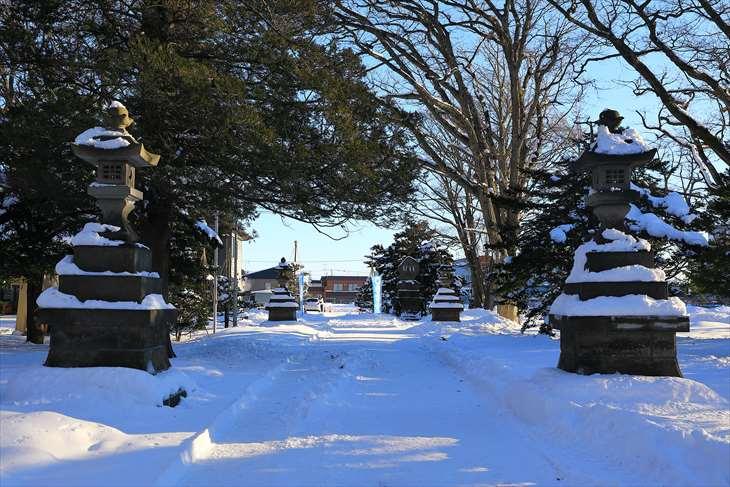冬の厚別神社 参道と石灯籠