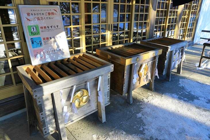 冬の厚別神社 賽銭箱