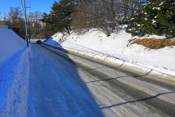 冬の厚別神社の駐車場への坂道