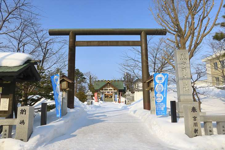 冬の烈々布神社の入口