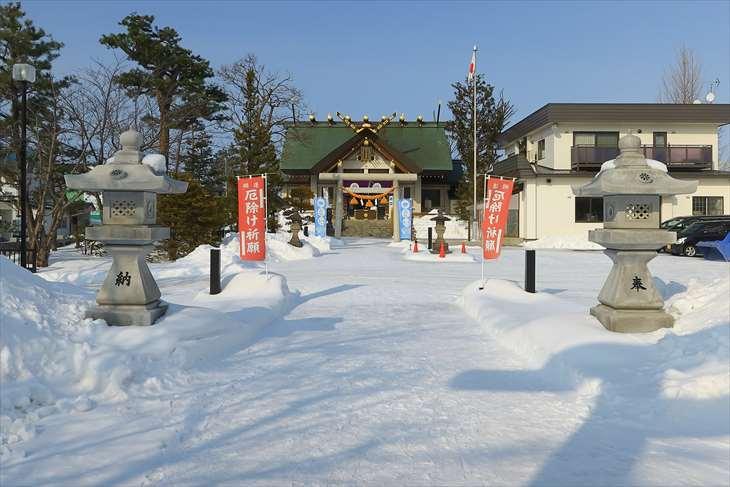 冬の烈々布神社の境内