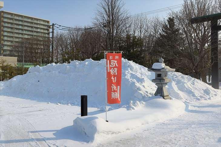 冬の烈々布神社の雪の山