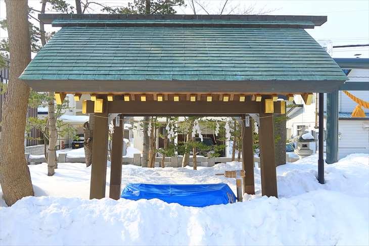 冬の烈々布神社の手水舎