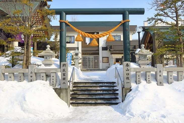 冬の烈々布神社の裏参道の鳥居